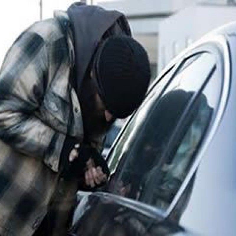 Ouro Preto: ladrão furta carteira e celular de dentro de veículo no centro da cidade