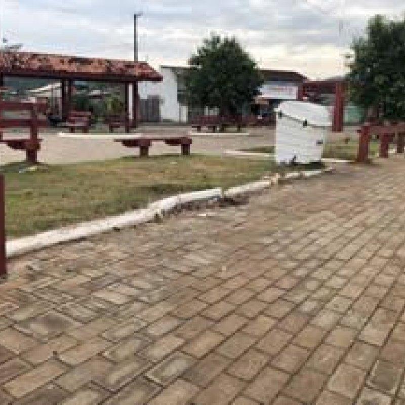 Cerca e bancos de praça destruídos há mais de um ano ainda não foram reconstruídos