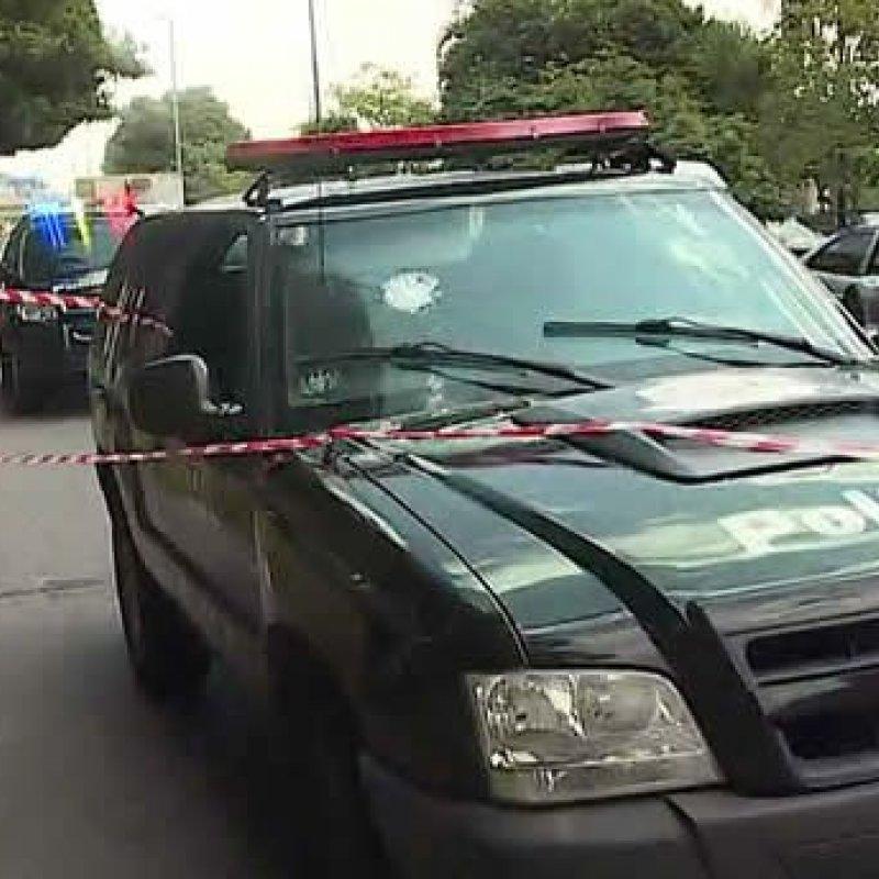 Algemado, criminoso toma arma de policial e atira contra ele dentro de viatura