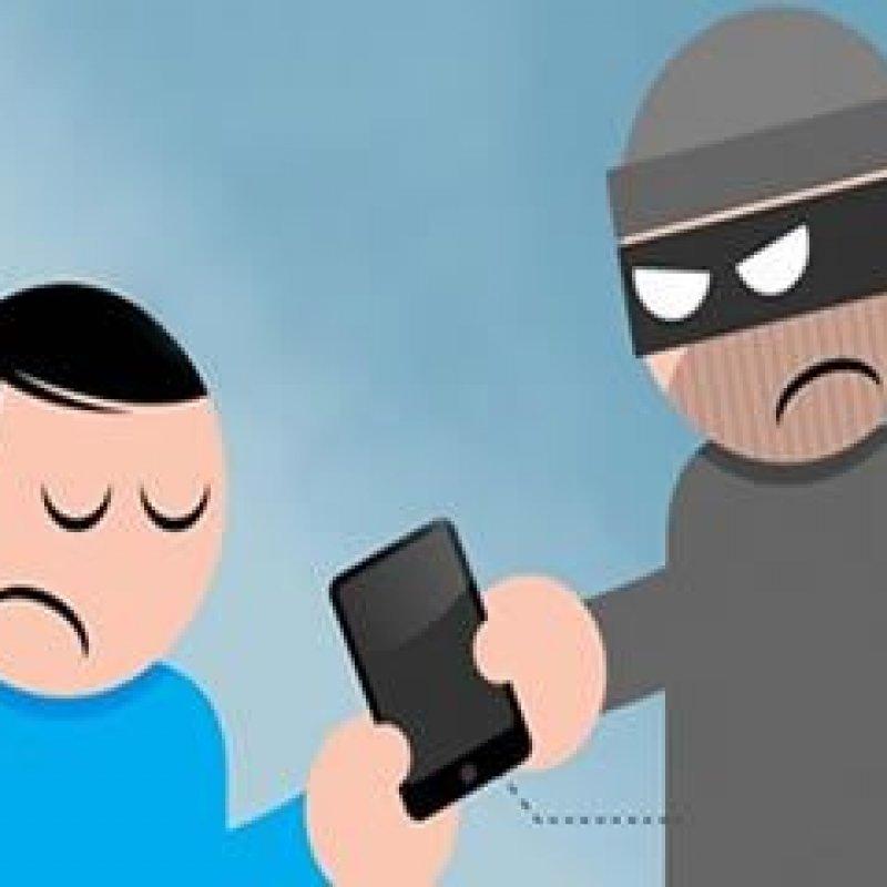Ouro Preto: mulher tem celular roubado por dupla em moto, enquanto caminhava