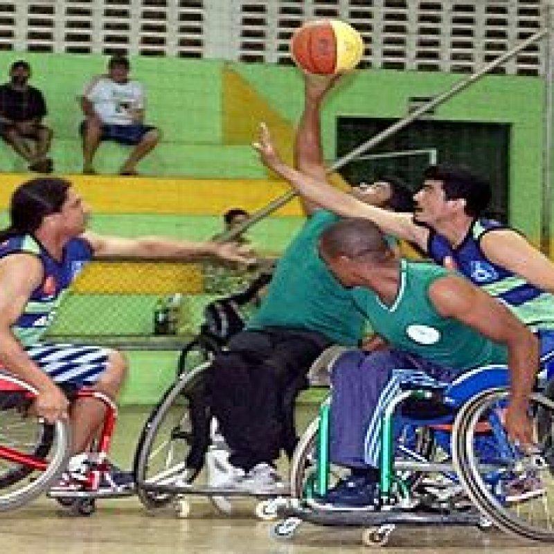 Atletas dão show no basquete em cadeira de rodas durante partida entre Ouro Preto x Ariquemes