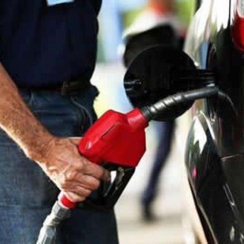 Após 2 altas seguidas, Petrobras reduz preço da gasolina em refinarias