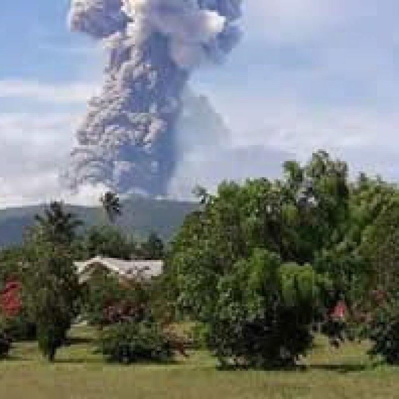 Vulcão entra em erupção na Indonésia após terremoto e tsunami