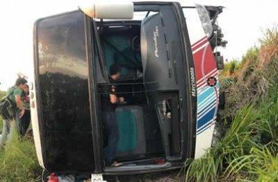 Ônibus que transportava acadêmicos tomba em ribanceira na BR-364