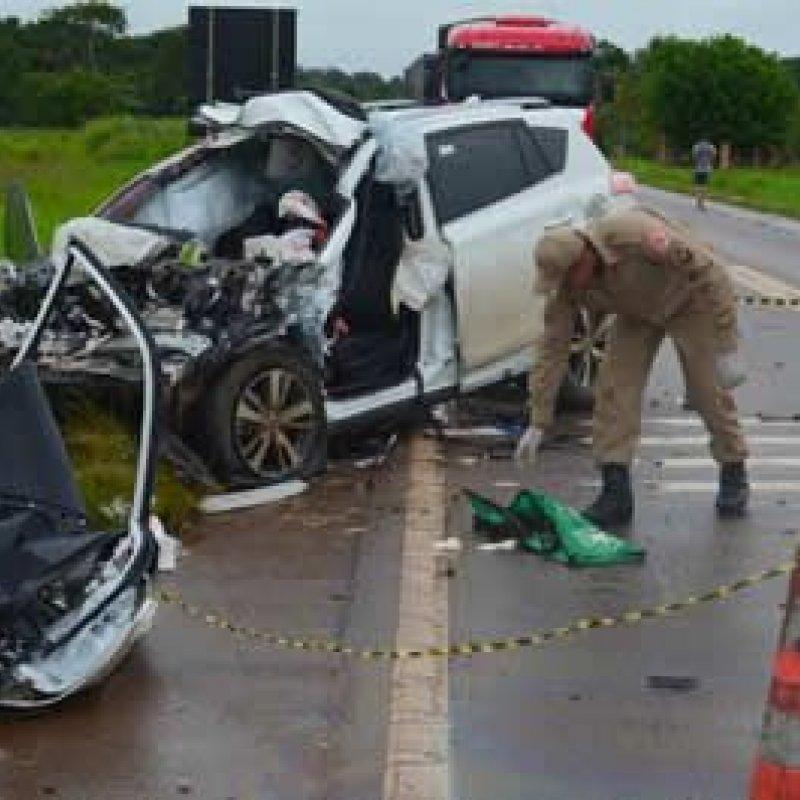 Professora e PC ficam gravemente feridos em colisão frontal com carreta na BR 364