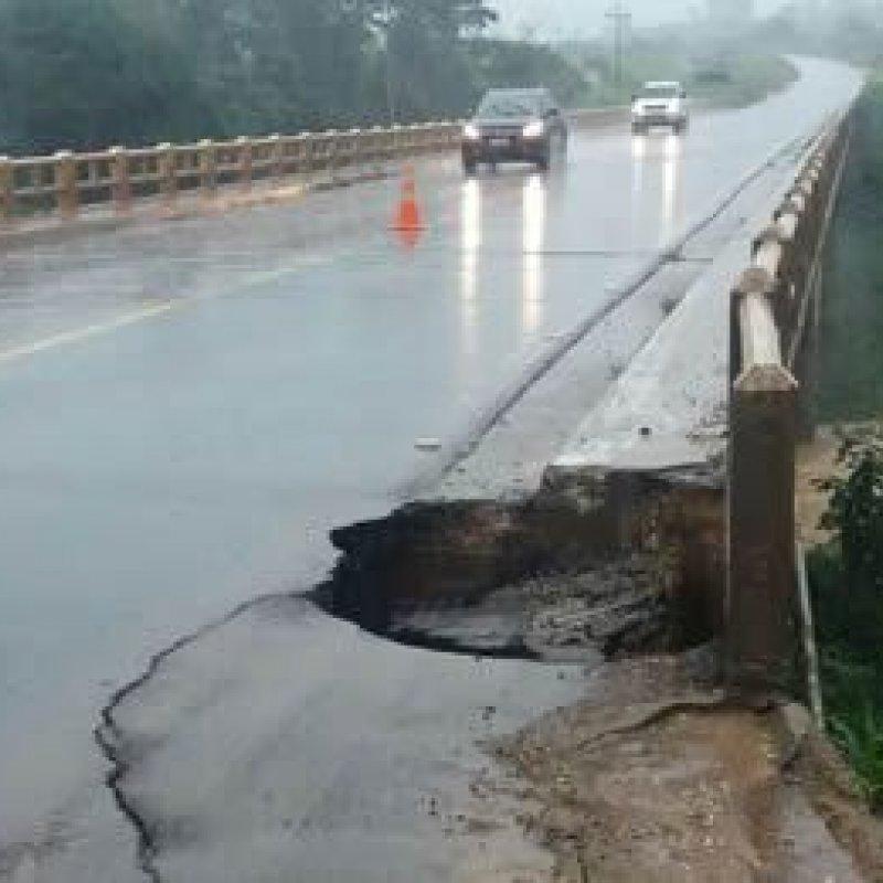 Forte chuva abre buraco na cabeceira de ponte da BR-364