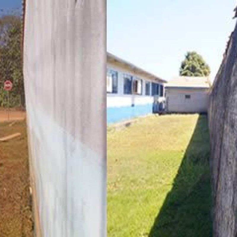 Muro de escola prestes a desabar coloca em risco a vida de alunos e pedestres