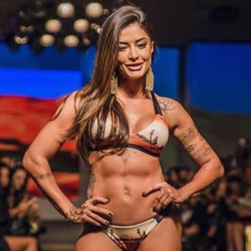 Aline Riscado arrasa em desfile e ganha o carinho dos fãs