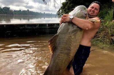 Pescadores rondonienses capturam peixe de 112 quilos no rio Machado