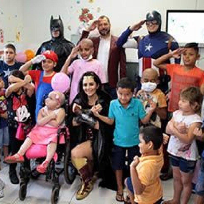 Crianças do setor de oncologia do Hospital de Base, recebem a visita de heróis