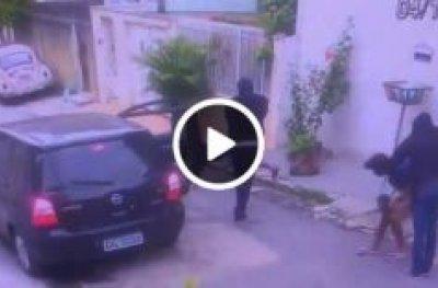 Vídeo mostra dupla sendo executada com vários tiros na cabeça