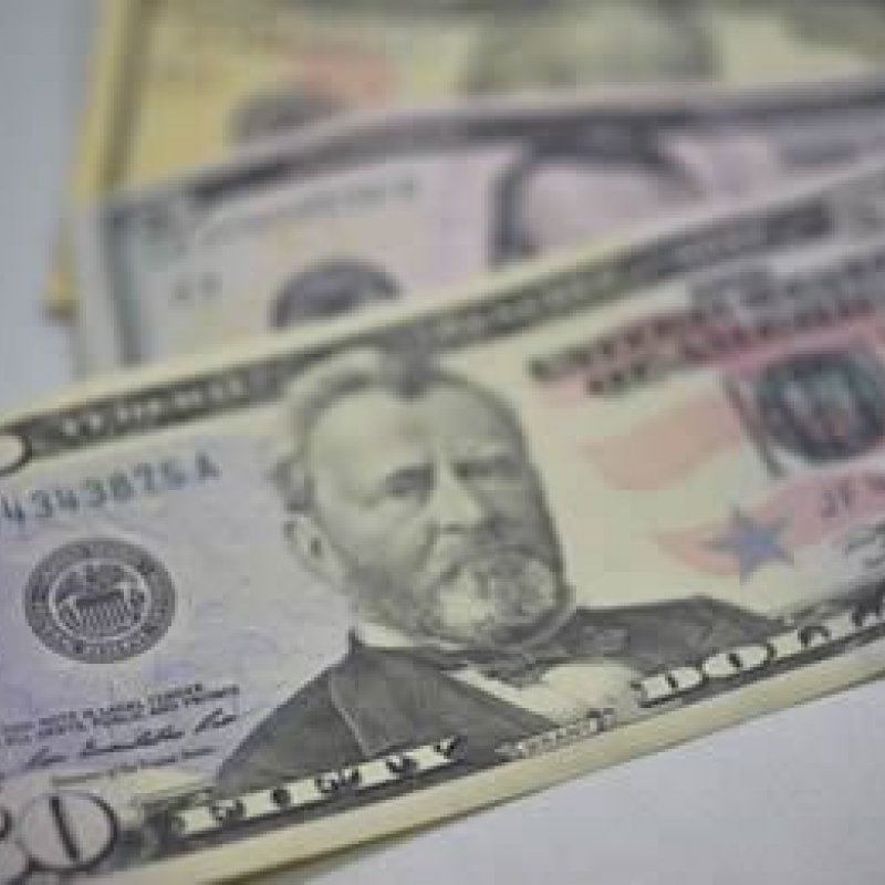 Dólar cai para R$ 3,74 e bolsa opera em alta