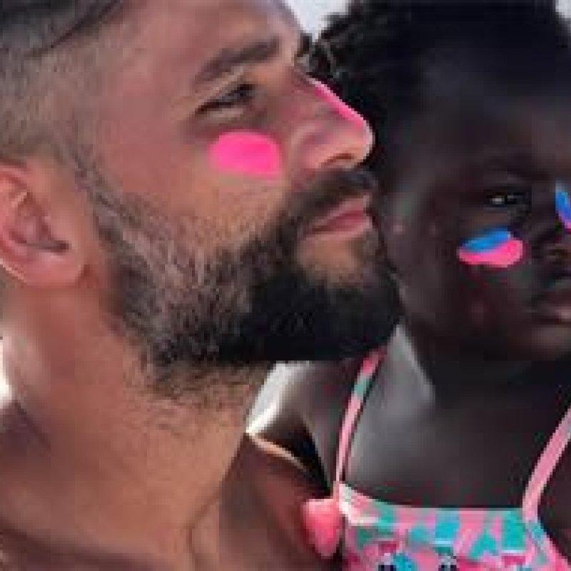 Bruno Gagliasso faz tatuagem em homenagem à filha, Titi
