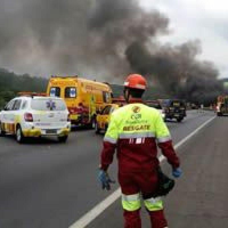Ônibus do cantor sertanejo Léo Magalhães pega fogo na Via Dutra, em Resende, RJ