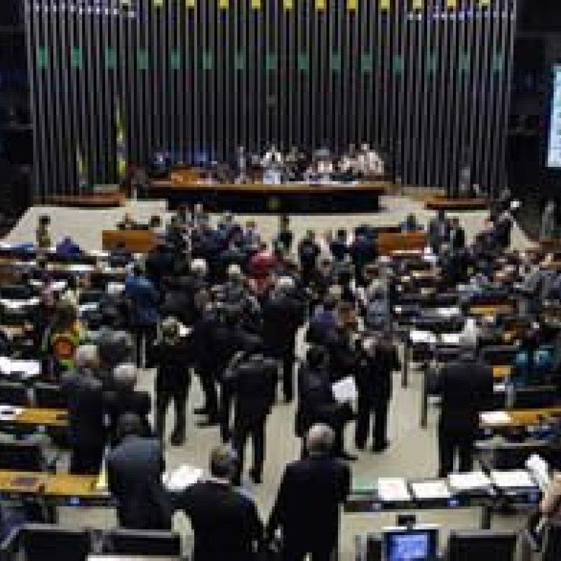Pelo menos 80 deputados trocam de legenda durante a janela partidária