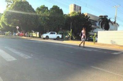 Faixa apagada leva perigo à travessia de pedestres em Ouro Preto do Oeste