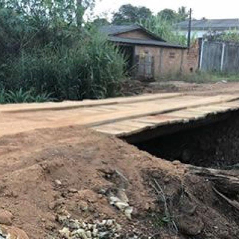 Secretaria de Obras reconstrói ponte de madeira no perímetro urbano de Ouro Preto