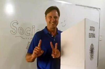 Senador Acir Gurgacz se entrega no Paraná para começar a cumprir pena de prisão