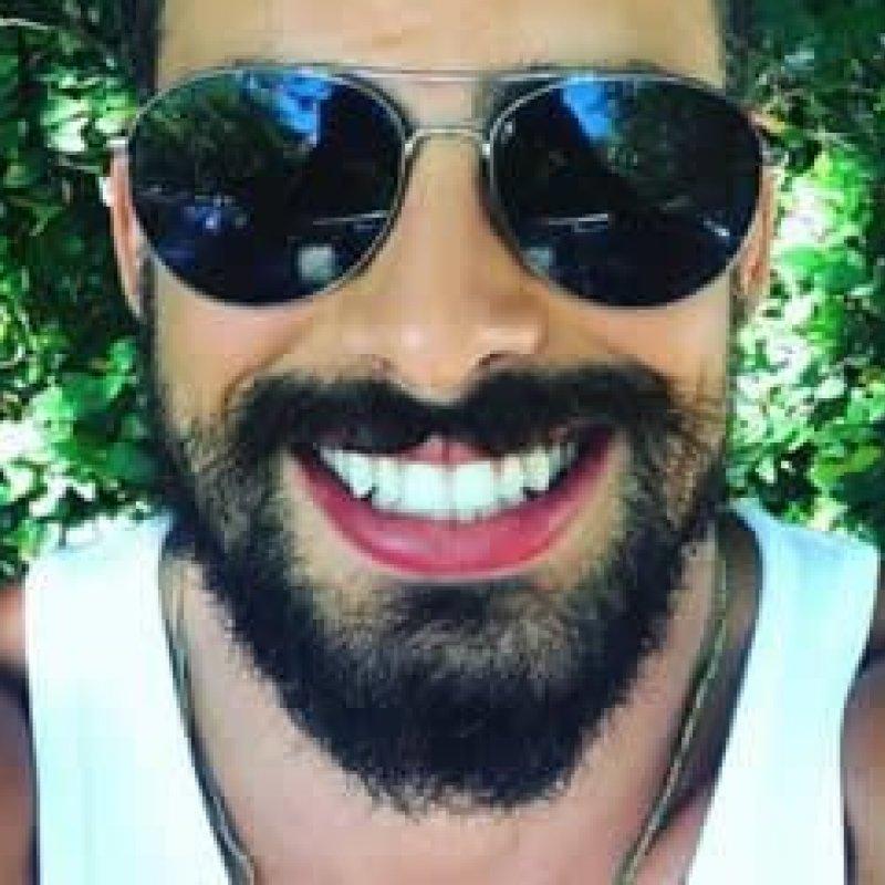 Cauã Reymond posta selfie sem camisa e recebe enxurrada de elogios