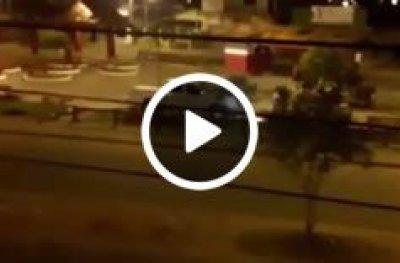 Conduto perde controle e caminhonete invade e destrói cerca e bancos de praça pública