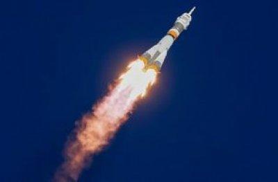 Astronautas retornam ilesos ao Cazaquistão após problema no motor da nave Soyuz