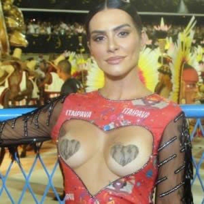 Com fantasia de 'musa do amor', Cleo Pires usa abadá com seios à mostra