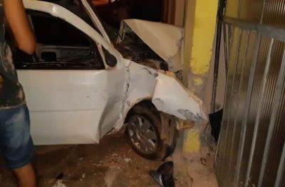 Condutor com habilitação atrasada e suspeita de embriaguez perde controle de direção e atropela pedestre
