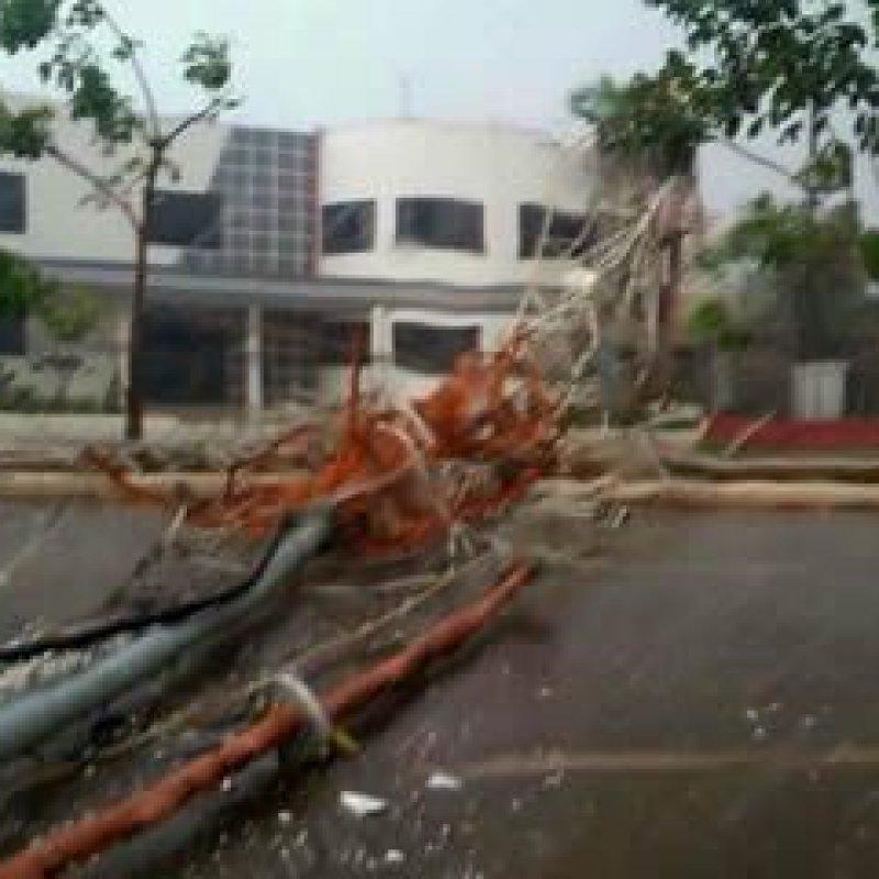 Temporal causa destruição em Porto Velho, torre da Record cai
