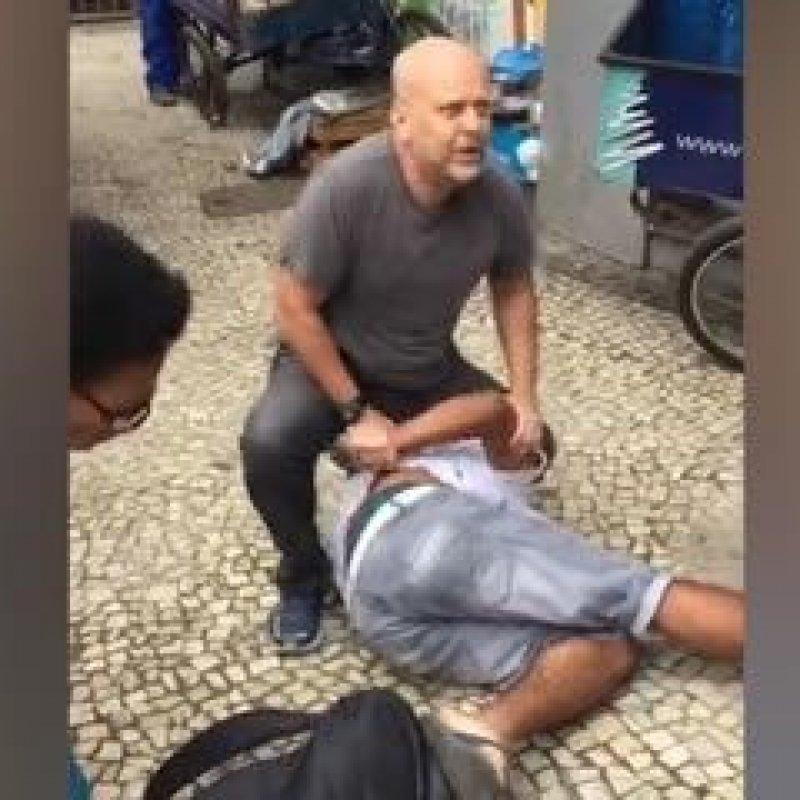 Policial prende homem que esbarrou nele e não pediu desculpas