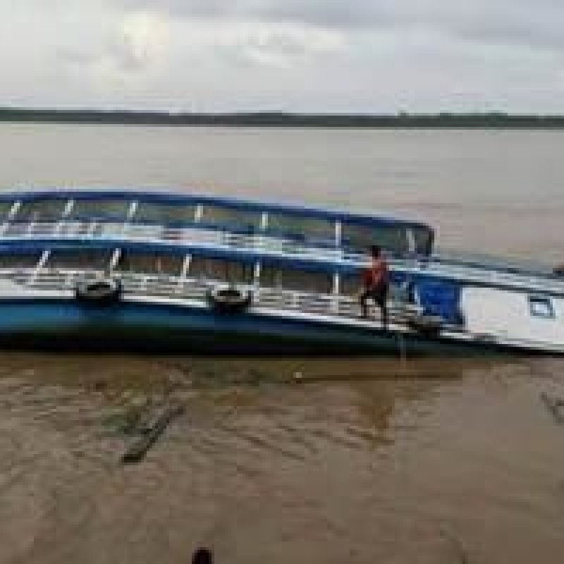 Barco com quase 40 passageiros naufraga no Rio Amazonas