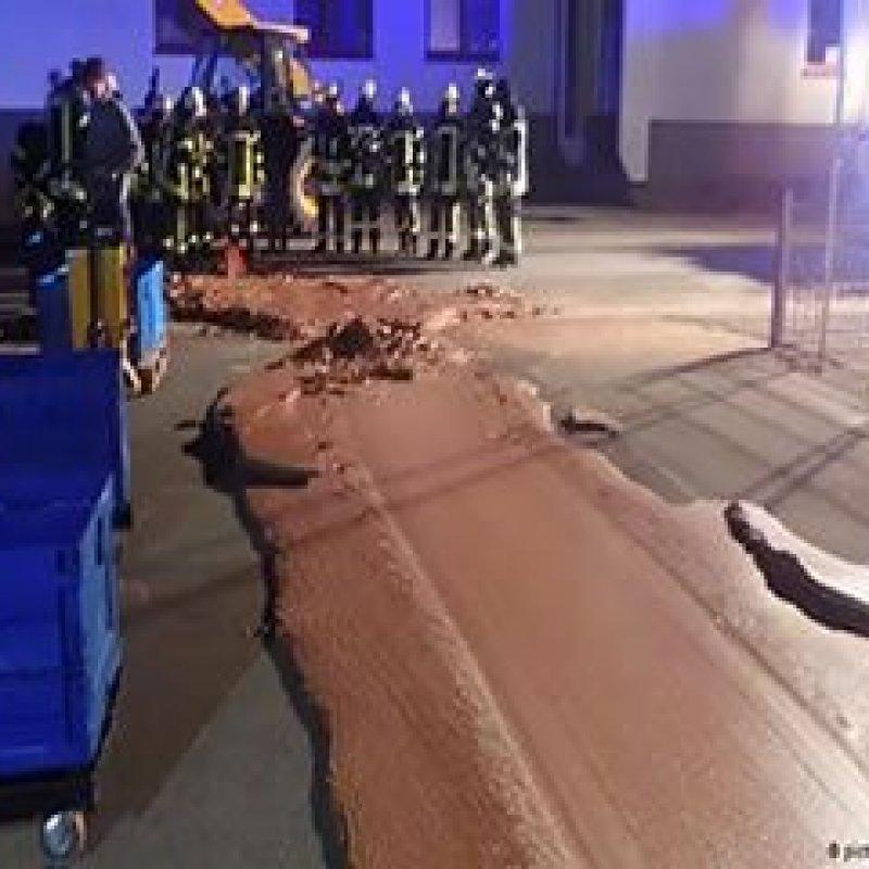 Chocolate vaza em fábrica alemã e inunda rua