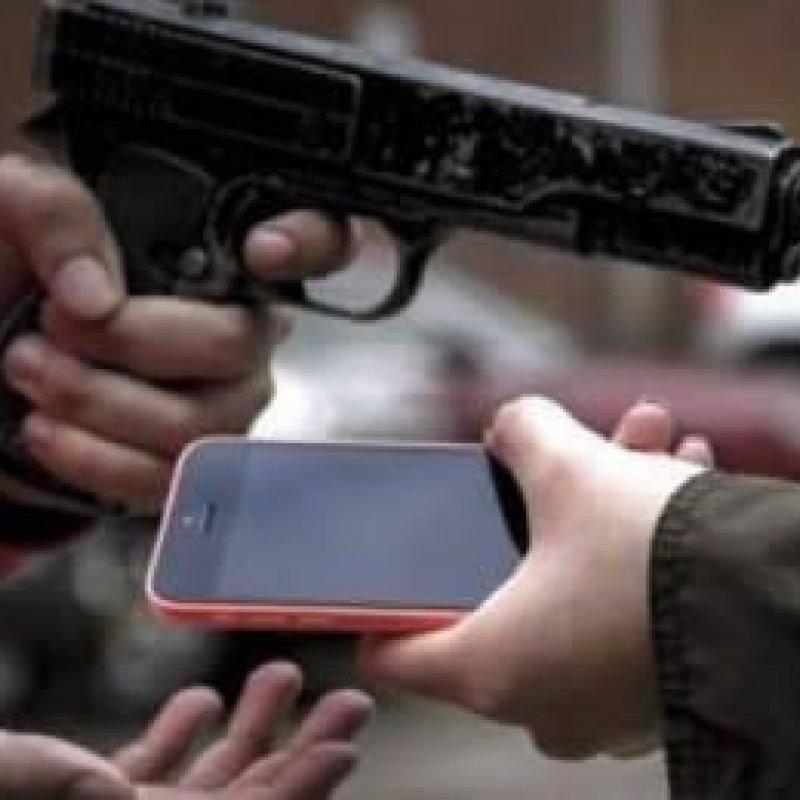 Mulher tem celular roubado por dupla em moto, no momento em que chegava em casa