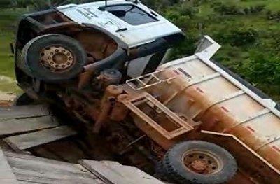 Ouro Preto: ponte de madeira não suportou peso e caçamba da prefeitura caiu em igarapé