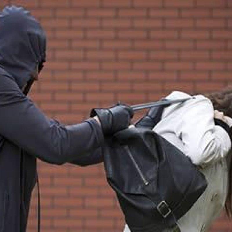 Ouro Preto: Agente de saúde tem bolsa roubada por dupla em moto