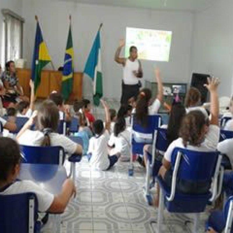 Alunos de escola municipal visitam quartel da Polícia Militar em Ouro Preto