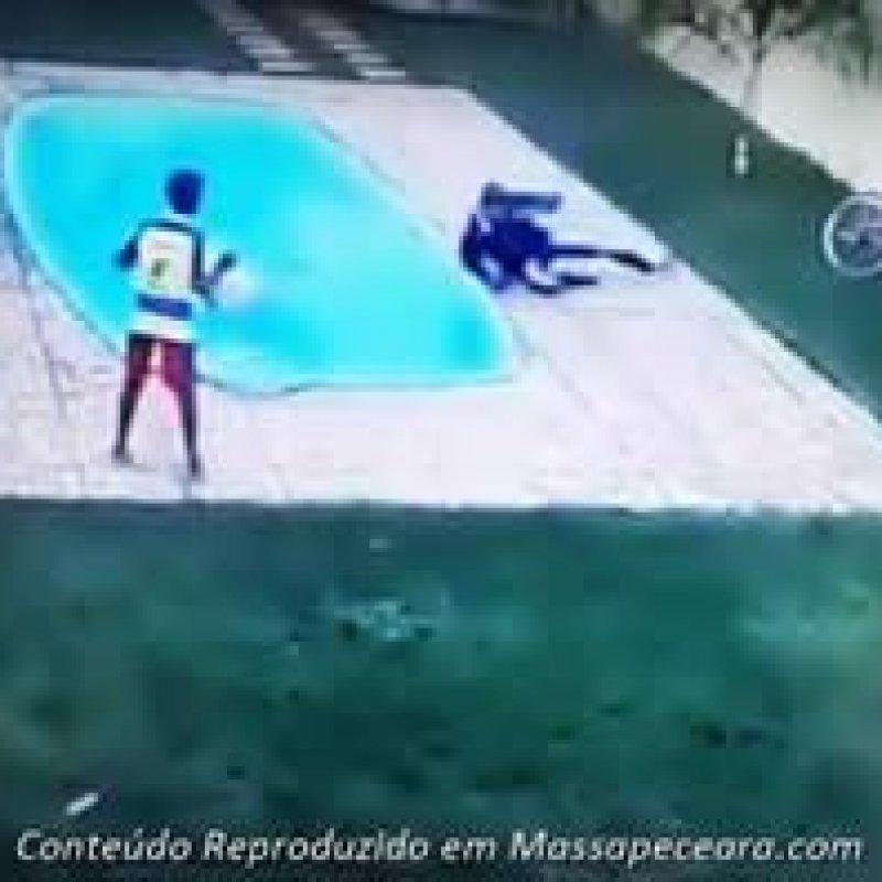 Ladrão é baleado por morador em tentativa de assalto, cai em piscina e morre