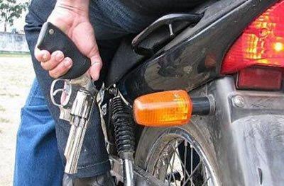 Ouro Preto: jovem tem celular roubado ao sair de boate, por dupla em motocicleta