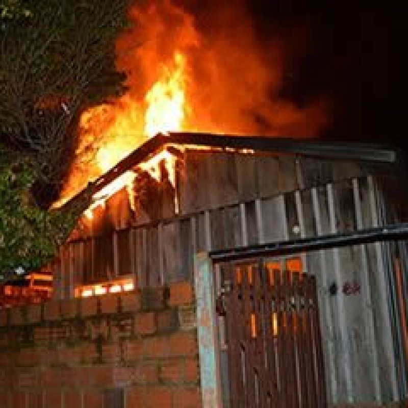 Ouro Preto: residência no bairro Jardim Aeroporto é consumida pelo fogo