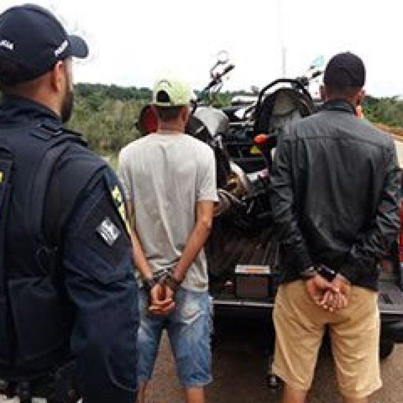PRF flagra trio com DVD automotivo furtado de veículo envolvido em acidente