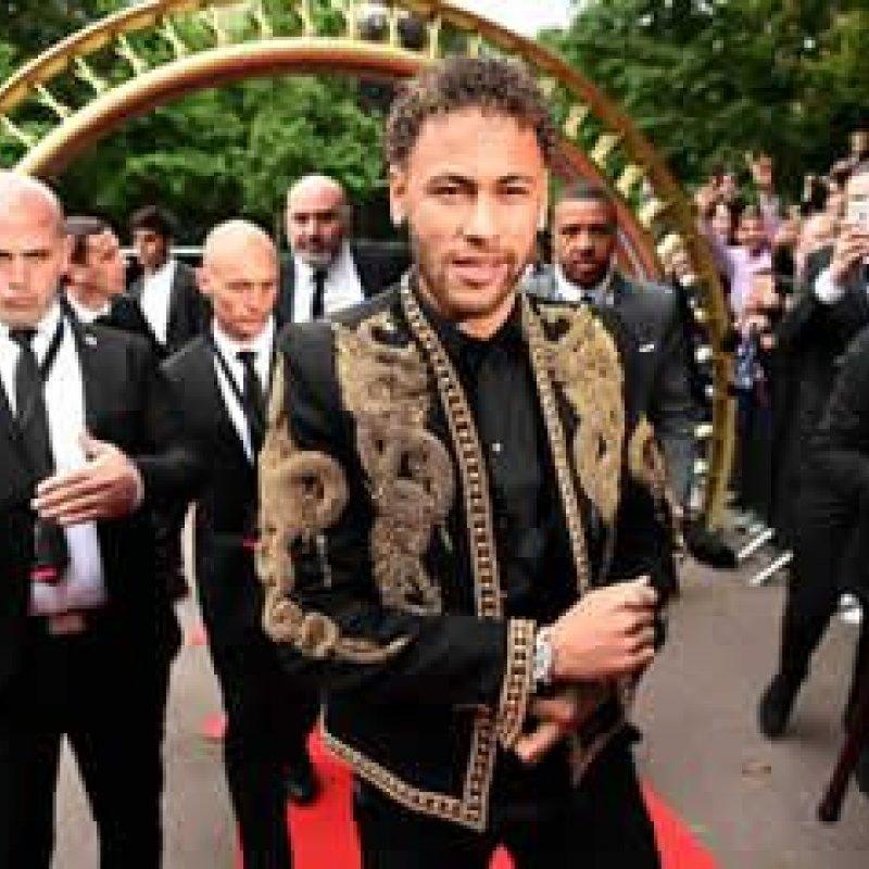 Look de Neymar em premiação do futebol francês vira meme