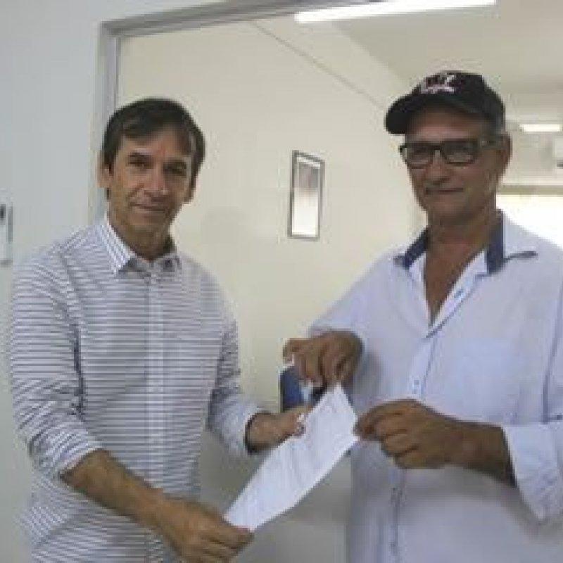 Marcelino entrega convênio de ambulância ao prefeito de Teixeirópolis
