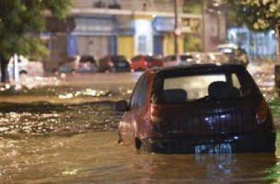 Temporal no Rio deixa três mortos, alaga ruas e para a cidade