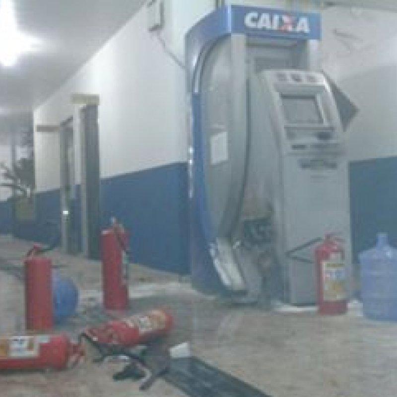 Bandidos com fuzis invadem câmara municipal e arrombam caixa eletrônico