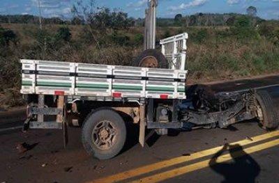 Caminhonete parte ao meio ao se chocar contra carreta na BR-364, condutor morreu na hora
