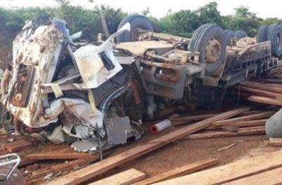 Caminhão carregado de madeiras capota em Machadinho
