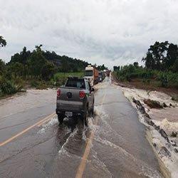 Acúmulo de água das chuvas invade trecho da BR-364 e provoca congestionamento