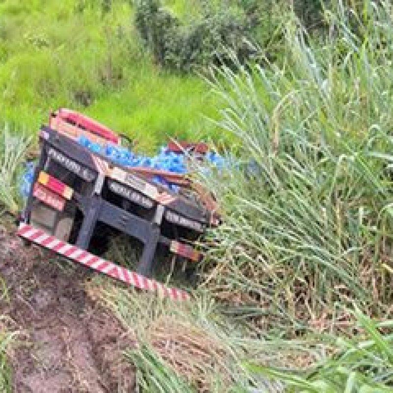 """JARU – caminhão colide em carreta e cai em ribanceira na """"Curva da Morte"""""""