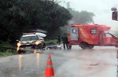 Ambulância de Machadinho capota na BR 364 e paciente morre a caminho do João Paulo II