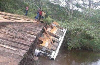 Jaru: Ônibus escolar com alunos cai em ponte na linha 634