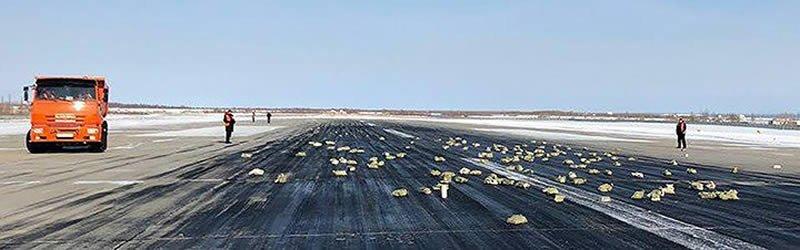Avião de carga fica sem porta e faz chover ouro e diamantes